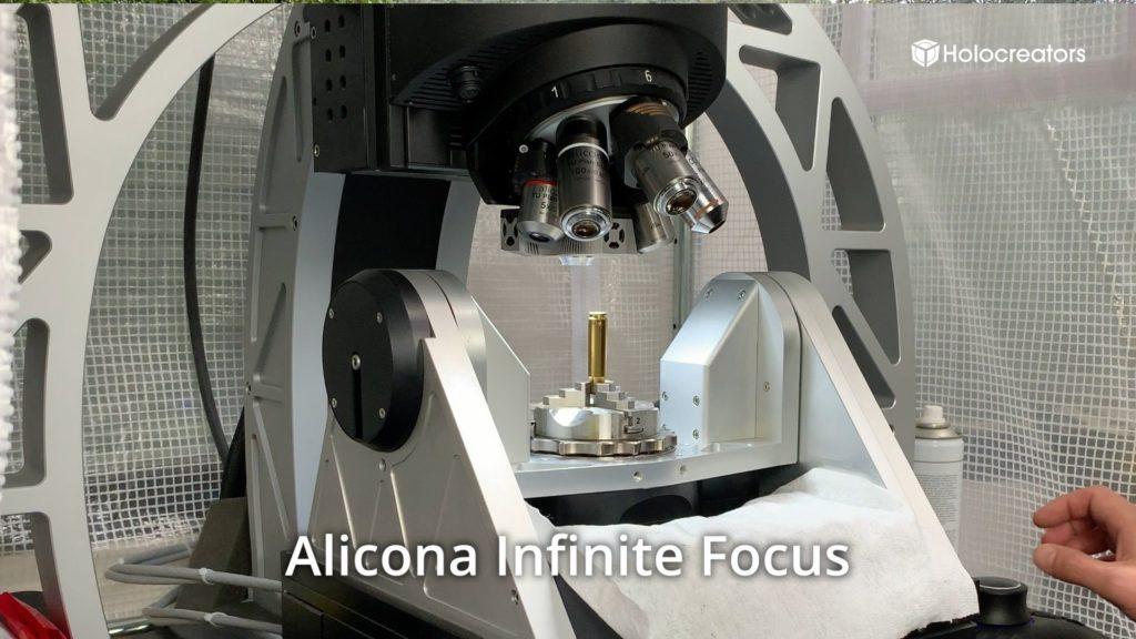 Der 3D-Scanner Alicona InfiniteFocus in Aktion: Er scannt eine Patronenhülse.