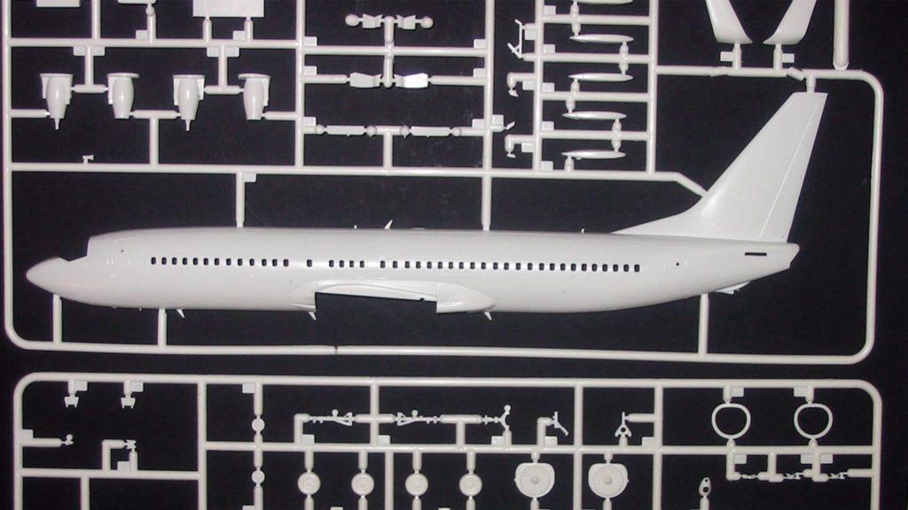 Mit diesem Modellbausatz kann ein Flugzeug des Typs Boeing 737-800 gebaut werden.