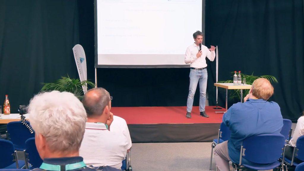 Swann Rack spricht auf der Bühne der FabCon 3.D Rapid.Tech über Reverse-Engineering.