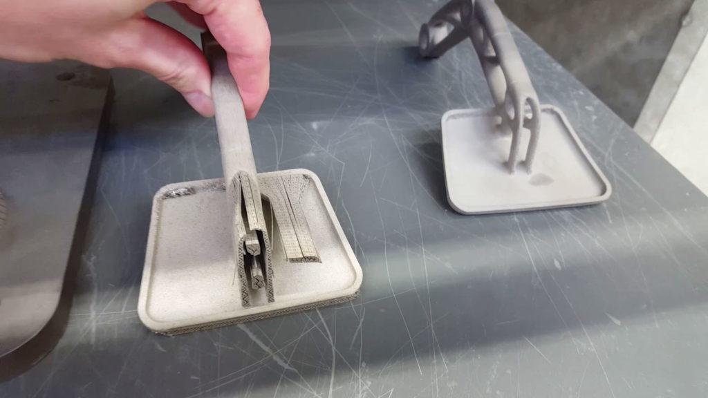 Das 3D-gedruckte Gaspedal aus Metall besitzt eine Stützstruktur.