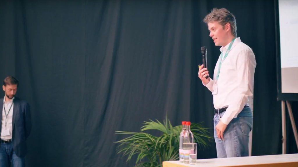 Swann Rack spricht auf der FabCon 3.D Rapid.Tech über Reverse-Engineering. Die Aufnahme erfolgte von der Seite.